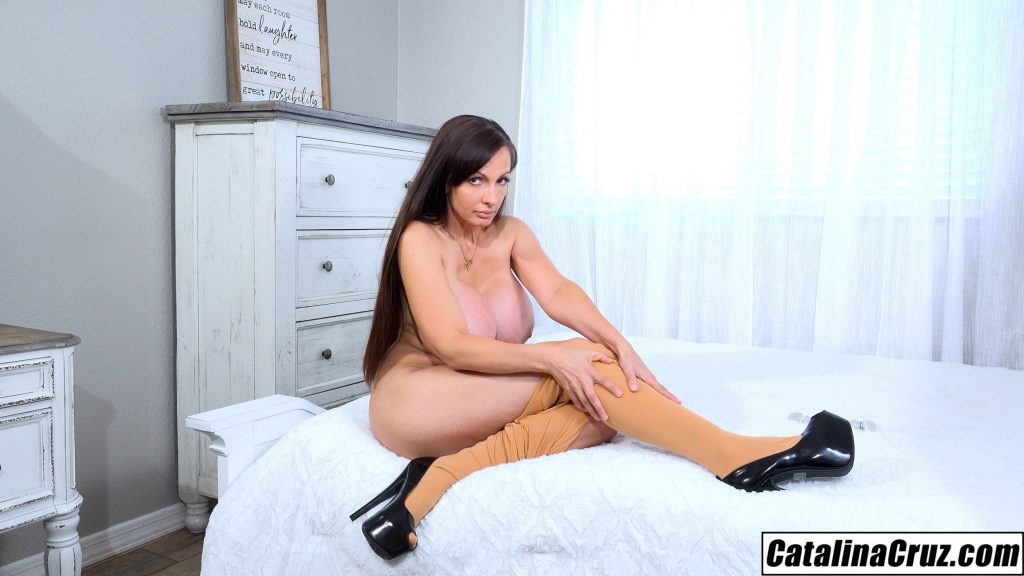 Catalina Cruz pulling off pantyhose